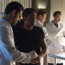Hannibal: Raúl Esparza in una scena dell'episodio Yakimono, della seconda stagione