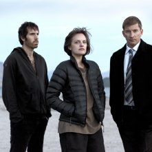 Top of the Lake: Elisabeth Moss, Thomas M. Wright e David Wenham in un'immagine promozionale