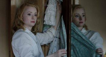 Controra: Fiona Glascott in una scena allo specchio tratta dal film
