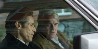 A Most Wanted Man: Philip Seymour Hoffman e Willem Dafoe in un'auto