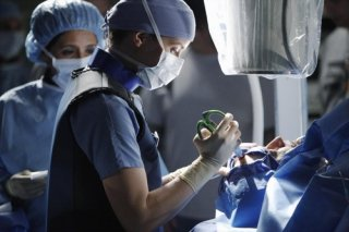 Grey's Anatomy: Ellen Pompeo in una scena dell'episodio Go It Alone, decima stagione