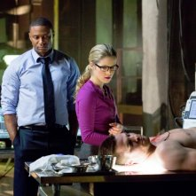Arrow: Emily Bett Rickards con Stephen Amell e David Ramsey in una scena dell'episodio Odissea