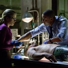 Arrow: Emily Bett Rickards e David Ramsey in una scena dell'episodio Odissea