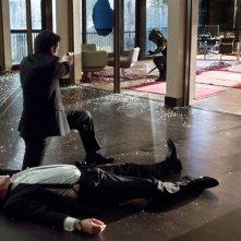 Arrow: John Barrowman insieme a Colin Donnell nell'episodio Il filantropo dell'anno, prima stagione