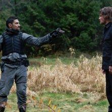 Arrow: Stephen Amell e Manu Bennett in una scena dell'episodio Odissea