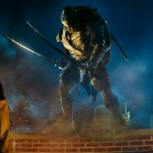 Tartarughe Ninja: Megan Fox, di spalle, insieme a Leonardo