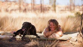 Tracks - Attraverso il deserto: Mia Wasikowska in una scena con il suo cane