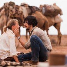 Tracks - Attraverso il deserto: Mia Wasikowska in una tenera immagine del film con Adam Driver