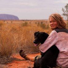 Tracks - Attraverso il deserto: Mia Wasikowska in una tenera scena con il suo cane
