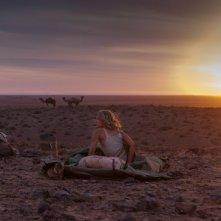 Tracks - Attraverso il deserto: Mia Wasikowska si prepara a trascorrere la notte del deserto in una scena