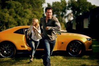 Transformers: Age of Extinction: Mark Wahlberg e Nicola Peltz corrono via da un pericolo imminente