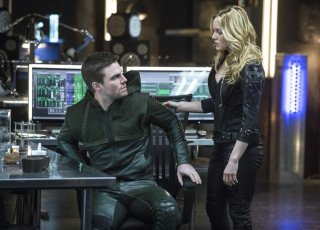 Arrow: Stephen Amell con Caity Lotz nell'episodio Seeing Red, seconda stagione