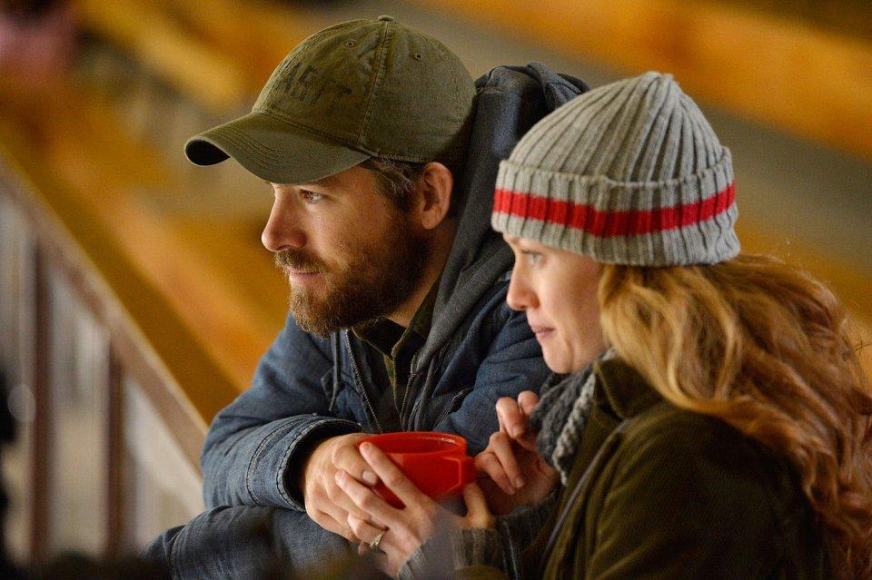 Captives: Ryan Reynolds in una scena del film con Mireille Enos