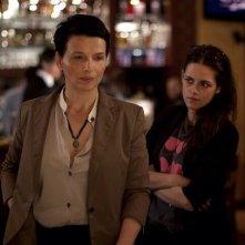 Clouds of Sils Maria: Kristen Stewart in una scena con Juliette Binoche