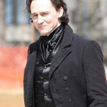 Crimson Peak: Tom Hiddleston sorride in tenuta ottocentesca