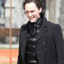 Crimson Peak: Tom Hiddleston sorride sul set