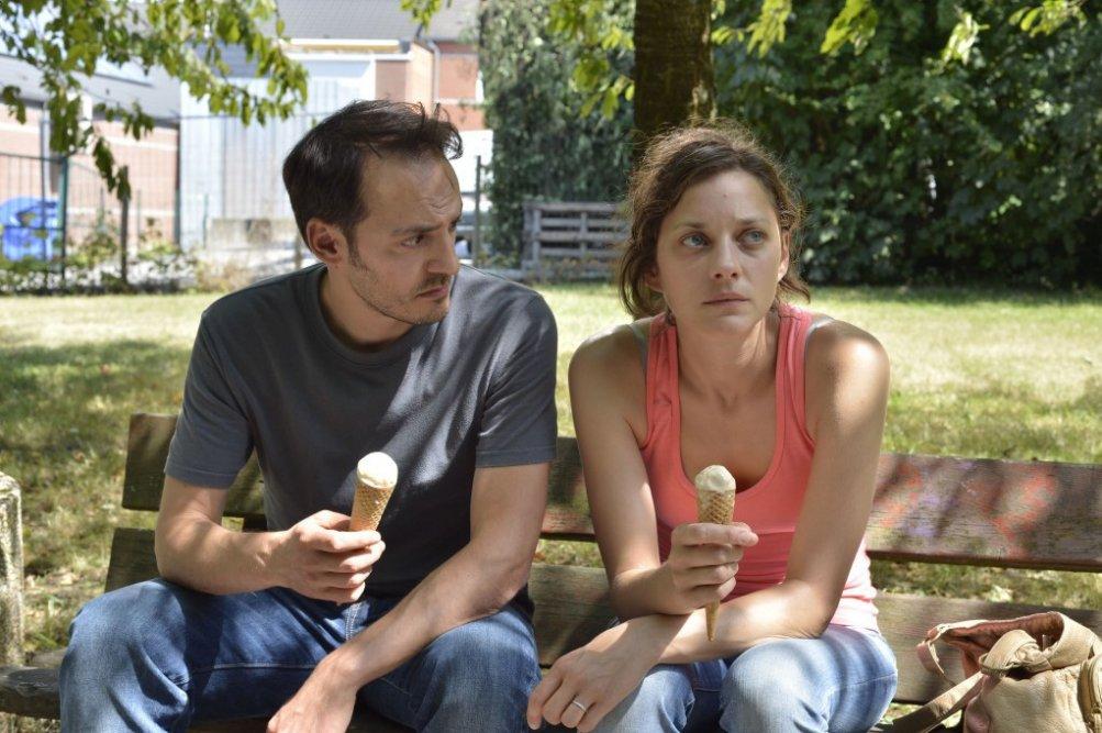 Due giorni, una notte: Fabrizio Rongione e Marion Cotillard in una scena del film