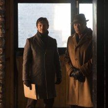 Hannibal: Laurence Fishburne insieme a Hugh Dancy durante una scena dell'episodio Su-zakana