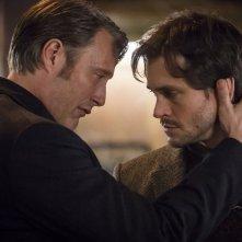 Hannibal: Mads Mikkelsen insieme a Hugh Dancy durante una scena dell'episodio Su-zakana