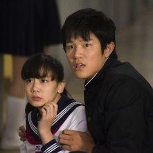 HK: Forbidden Super Hero - Ryohei Suzuki e Fumika Shimizu con un'espressione preoccupata