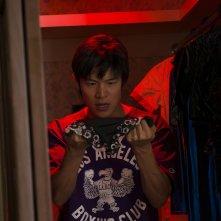 HK: Forbidden Super Hero - Ryohei Suzuki osserva una maglietta