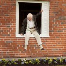 Il centenario che saltò dalla finestra e scomparve: Robert Gustafsson in una scena tratta dal film
