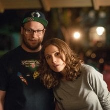 Neighbors: Seth Rogen e Rose Byrne appaiono incuriositi