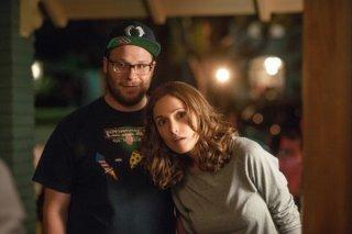 Neighbors: Seth Rogen e Rose Byrne appaiono incuriositi