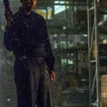 The Equalizer - Il vendicatore: Denzel Washington armato sotto la pioggia