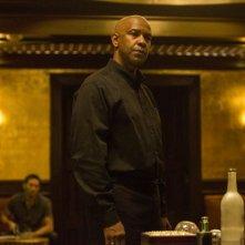 The Equalizer - Il vendicatore: Denzel Washington in una scena del film