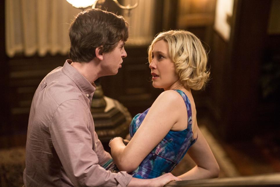 Bates Motel Vera Farmiga Insieme A Freddie Highmore In Una Scnea Dell Episodio Meltdown Della Second 367467
