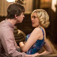 Bates Motel: Vera Farmiga insieme a Freddie Highmore in una scena dell'episodio Meltdown della seconda stagione
