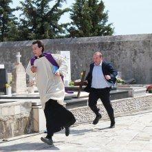 Padre vostro: Kresimir Mikic corre insieme a Niksa Butijer in una scena