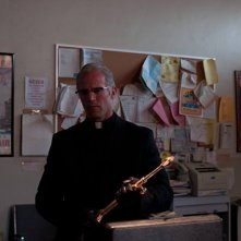 Parker: Jason Statham vestito da prete in una scena del film