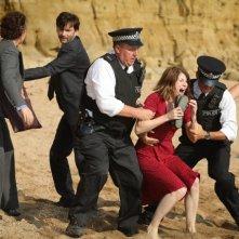 Broadchurch: David Tennant, Olivia Colman e Jodie Whittaker in una scena