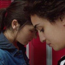 Bird People: Anaïs Demoustier in una scena del film con Camélia Jordana