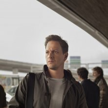 Bird People: Josh Charles in una scena