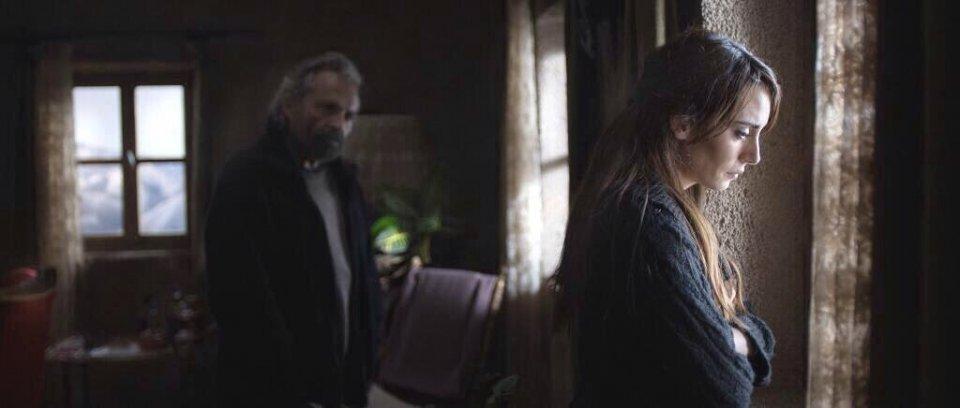 Hibernation: Melisa Sözen in una scena con Haluk Bilginer