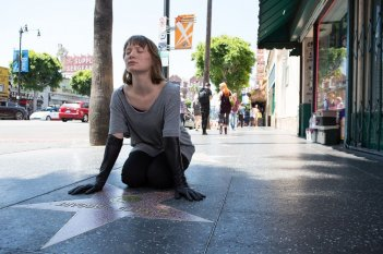 Maps to the stars: Mia Wasikowska in una scena