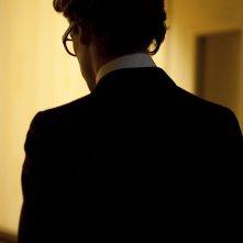 Saint Laurent: Gaspard Ulliel (di spalle) nei panni di Yves Saint Laurent