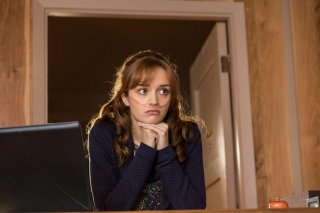 Bates Motel: Olivia Cooke in una scena dell'episodio The Box, della seconda stagione