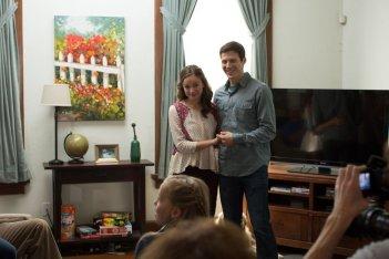 La stirpe del male: Allison Miller e Zach Gilford felici in una scena del film
