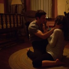 La stirpe del male: Allison Miller e Zach Gilford in un'inquietante scena dell'horror