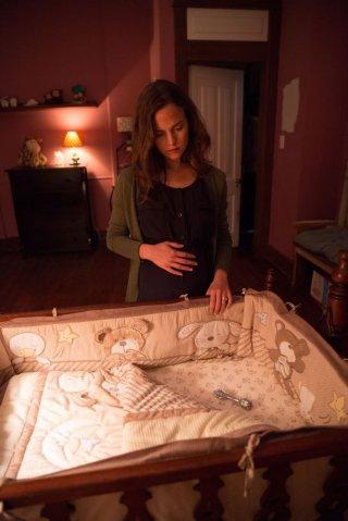 La stirpe del male: Allison Miller in una scena guarda la culla vuota