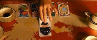 Ritual - una storia psicomagica: una scena di tarocchi tratta dal film