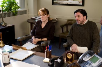The English Teacher:  Julianne Moore insieme a Nathan Lane in una scena del film