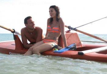 Vacanz...ieri oggi e domani: Fabio Massa in una scena del film con Martina Liberti