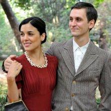Adriana Ugarte e Raúl Arévalo in una scena della prima stagione de Il tempo del coraggio e dell'amore