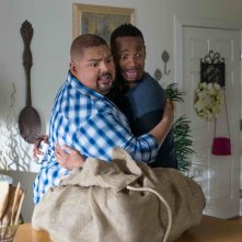 Ghost Movie 2: Marlon Wayans e Gabriel Iglesias terrorizzati in una scena del film