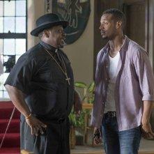 Ghost Movie 2 - Questa volta è guerra: Marlon Wayans e Cedric the Entertainer in una scena
